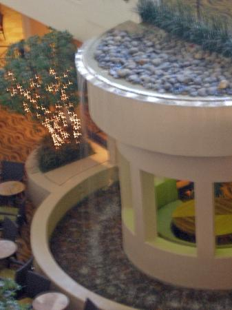 Hilton Stockton: Waterfall in lobby