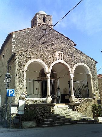 Castello Macchiaroli : Veduta anteriore del Castello, arrivando a Teggiano