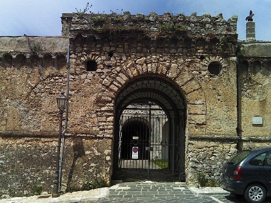 Castello Macchiaroli : Veduta laterale del Castello