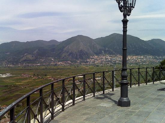 Castello Macchiaroli : Panorama dal belvedere antistante il Castello