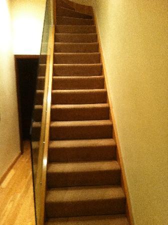 Hyde Park Suites Serviced Apartments: una delle rampe per raggiungere l'appartamento.