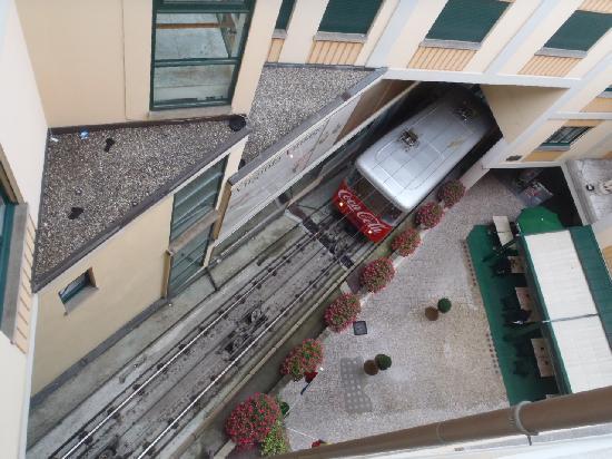 Albergo Acquarello: 窓の下にケーブルカーの駅!