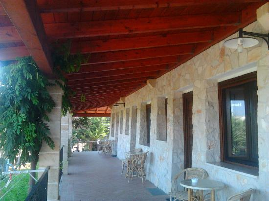 Lido Marini, Italy: le camere, ognuna con stendipanni e patio esterno arredato