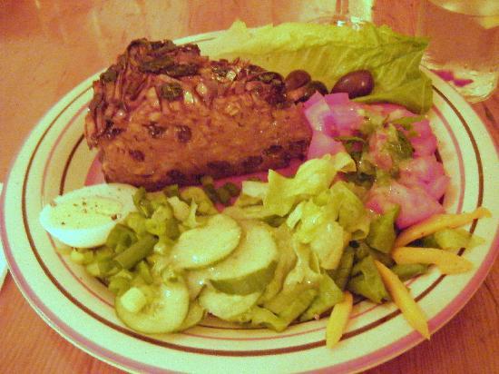 Te'enim Vegetarian Cuisine: Jerusalem Kugel--somewhat sweet, with a side salad