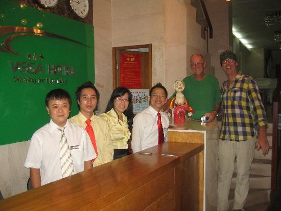 نوفا هوتل: Viet, his staff and happy customers