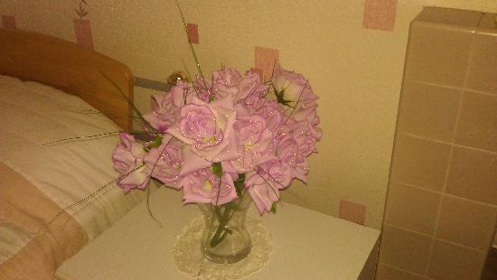 Hillview Bed & Breakfast: Incredible bunch of fake roses in my bedroom- yes, they actually sparkle. I loved them!