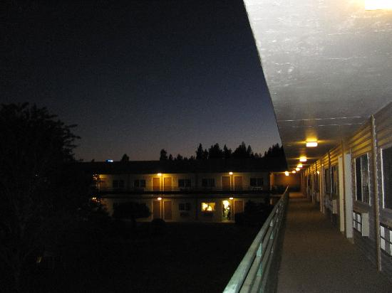 Econo Lodge & Suites Spokane: View from the door of our room