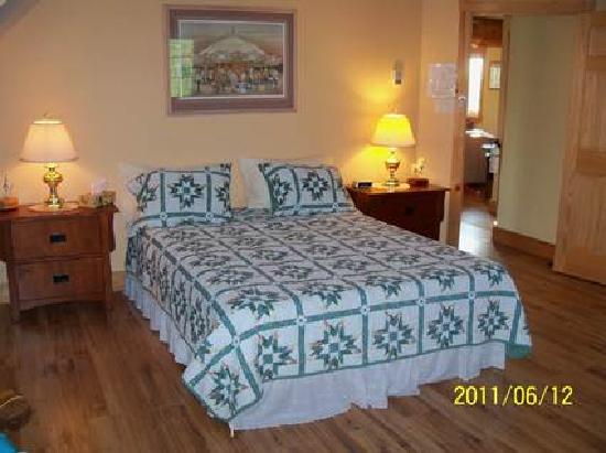 The Ponderosa Bed & Breakfast: Our Hilker room can easily accomodate 3 people
