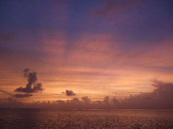 Fiesta Resort Guam: ビーチの夕暮れ