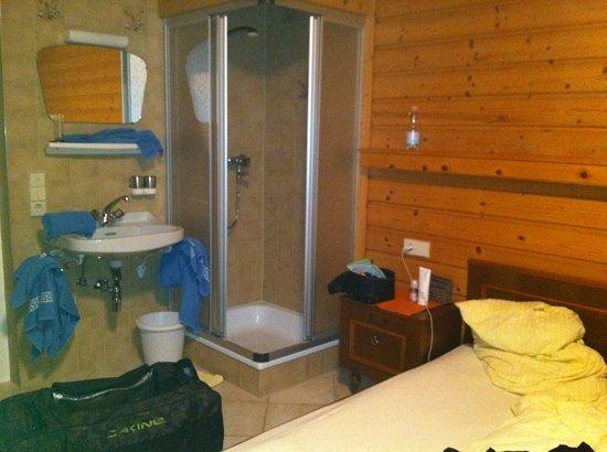 Apart Garni Gannerhof: camera col bagno in corridoio