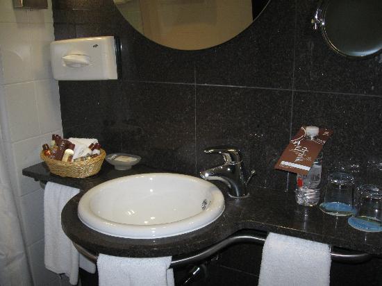Sheraton Tirana Hotel: nice bathroom