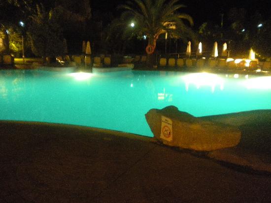 Hipotels Coma Gran Aparthotel: Pool at night