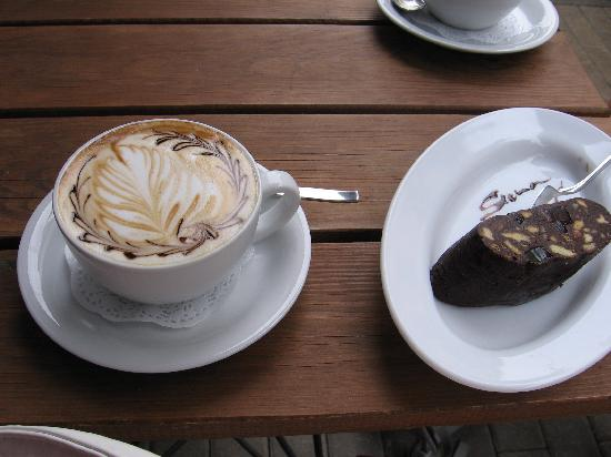 Riga Bike Tours & Rent: coffee break, cafe Sienna nier Alberta street