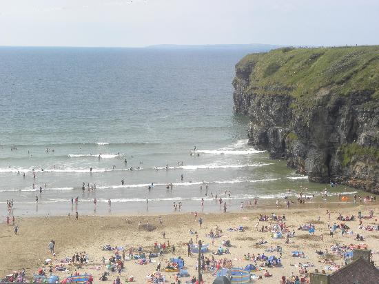 Ballybunion, ไอร์แลนด์: the busy Ladies Beach is just across the road