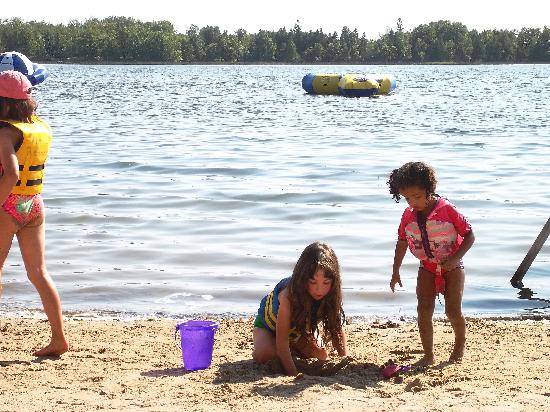 Kohl's Resort: Kids playing on the beach