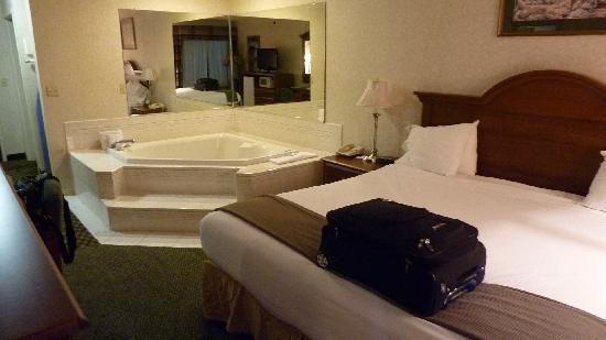 Holiday Inn Express Dahlgren: Interesting mirrors...