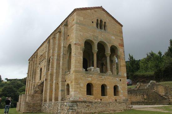 Oviedo, Espagne: Vista del frontal de Santa Mª del Naranco