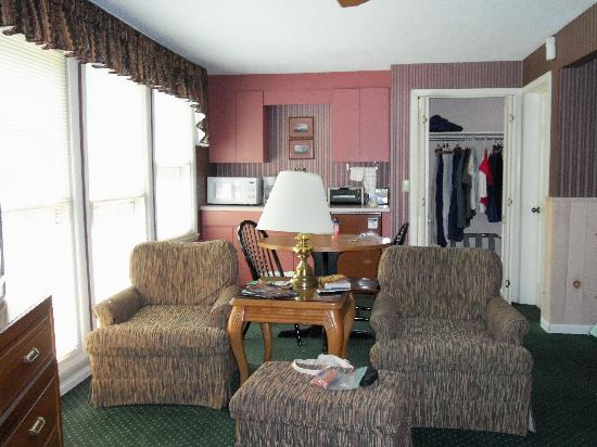 Carr's Northside Cottages & Motel: Inside our room at Carr's