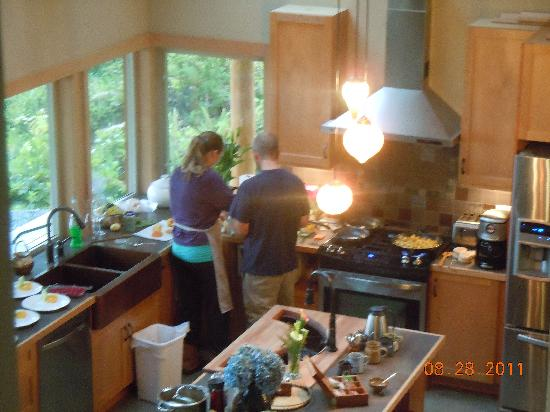 Black Bear Guesthouse: Bobbi&Jay making our breakfast...working together!