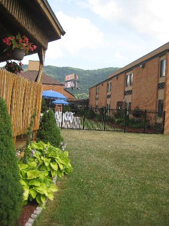 Comfort Inn Bluefield: covered area behind pool provides nice area to gather