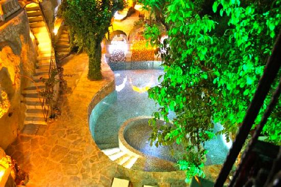 Gamirasu Cave Hotel: Pool at night
