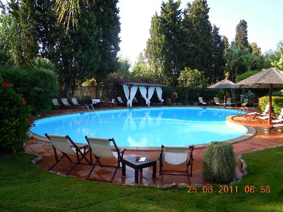 Nora Club Hotel: giardino e piscina