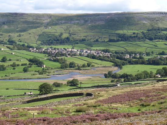 Ivy Cottage B & B Tea Room: Reeth viewed from the dale top