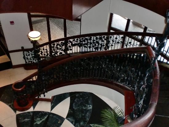 French Quarter Inn: Gorgeous Staircase to Lobby
