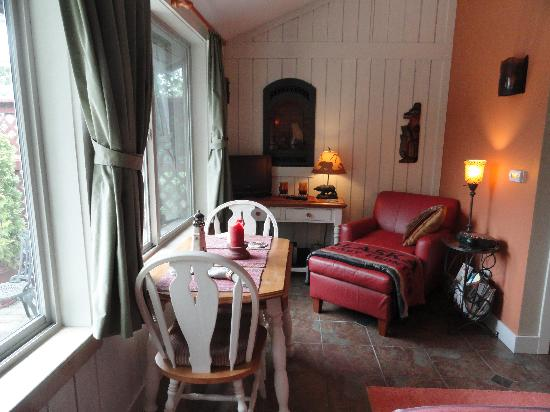 Black Bear Inn: View of sitting and eating area