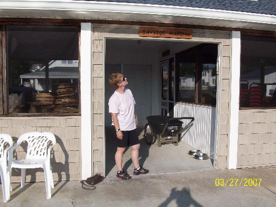 Colonial Beach, VA: Lorri Reading the Sign