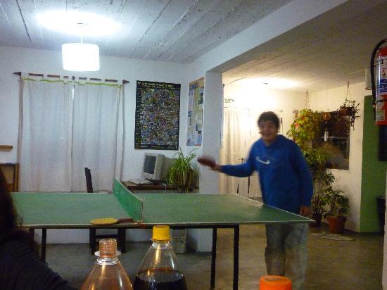 Hostel Ladera Norte: Jugando Ping Pong en el hostel