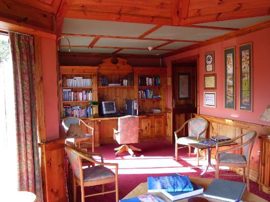 Kathleens Country House: Library