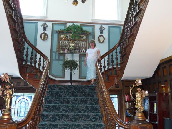 Amethyst Inn at Regents Park : The beautiful staircase.