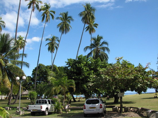 Punaauia Beach: Car Park and lawned area