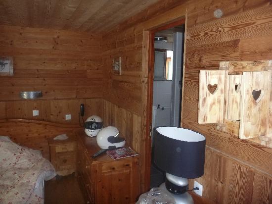 Hotel de la Poste: La camera con il simpatico specchio fatto artigianalmente