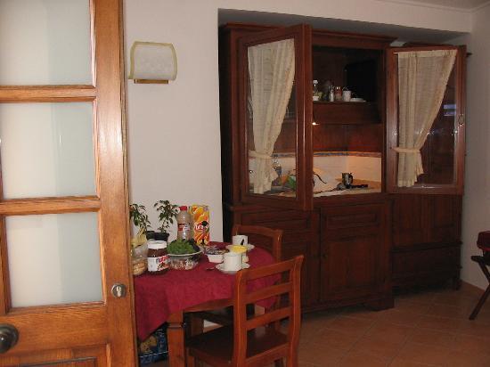 Residence Villa Degli Dei: Il tavolo e l'angolo cottura dell'appartamento Minerva