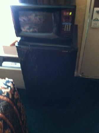 Knights Inn Buena Park/Anaheim: microwave & fridge next to door. blocks side of bed.