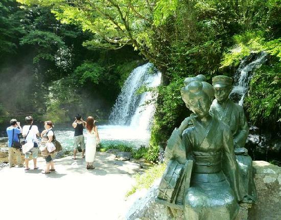Kawazu Nanadaru Waterfalls: Main waterfall with Odoriko Statue