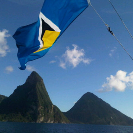 Castries, Sta. Lucía: The Pitons and the flag of Saint Lucia