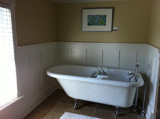 Newsroom Suites: Beautiful tub.