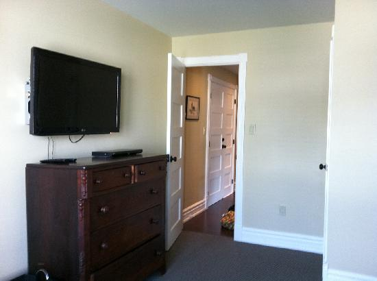 Newsroom Suites: Television in bedroom.