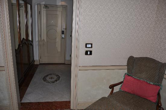 เดอะเวสทิน เอ็กซ์เซลซิเออร์ ฟลอเรนซ์: View of foyer in junior suite