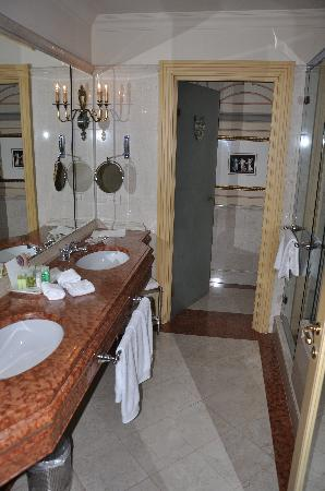 เดอะเวสทิน เอ็กซ์เซลซิเออร์ ฟลอเรนซ์: Bathroom