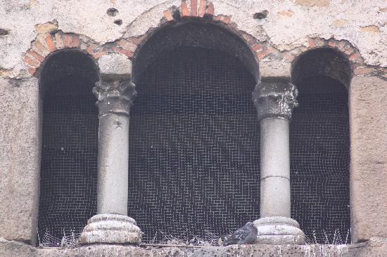 Iglesia de San Julian de los Prados: Ventana caracteristica del prerrománico