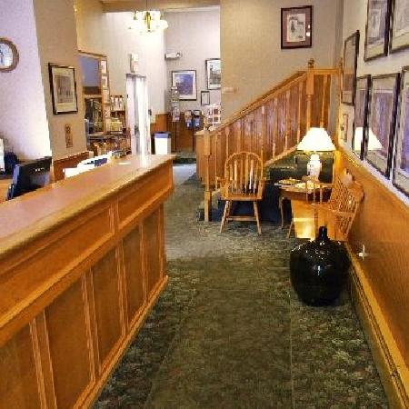 Saratoga Downtowner Motel: Lobby/Front Desk