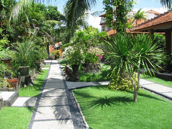 Kuta Beach Club Hotel: Path way to our room