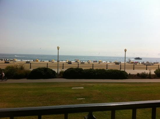 Four Points by Sheraton Virginia Beach Oceanfront : View from our balcony on the 1st floor