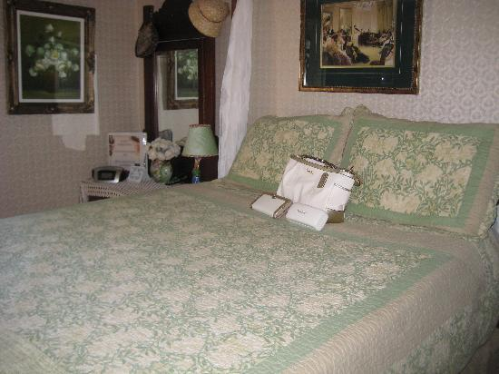 Colonial Charm Inn: The great bed