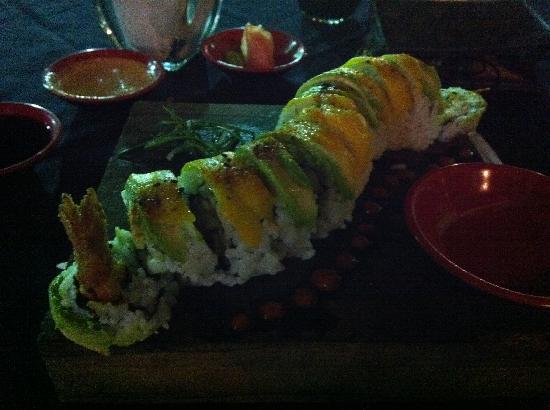 Pura Vida Sushi & roots bar: dragon roll