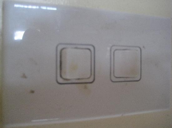 Maiana Guesthouse and Beach Bungalows: Dirty light switches